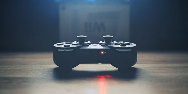 What do experts say about the benefits of online gaming?